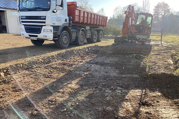 Terrassement avec pelleteuse d'un terrain pour construction